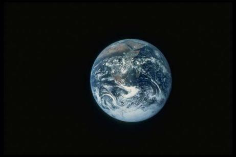 terre vue de la lune.ame du monde.familles constellées sur terre.champ psychique collectif;meme destin.anima mundi.ame du monde.famille terre.